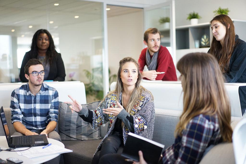Junge Menschen im Meeting